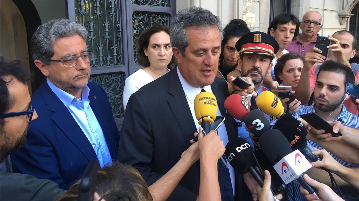 El conseller de Interior, Joaquim Forn, atiende a los medios.