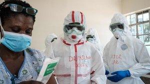Personal médicose protegepara atender a personas en cuarentena en un hospital de Nairobi, Kenya.