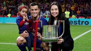 Coutinho posa con el trofeo de la Copa del Rey junto a su mujer y su hija.