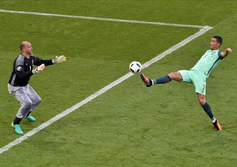 Cristiano Ronaldo en acción ante el portero Gabor Kiraly durante el partido entre Hungría y Portugal.