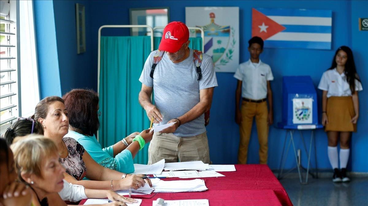 Un elector deposita su voto el domingo en un colegio electoral deLa Habana.