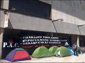 Cuatro familias permanecen acampadas frente a la Oficina Local de Vivienda de Badalona (Barcelona) tras haberlas desahuciado la semana pasada.