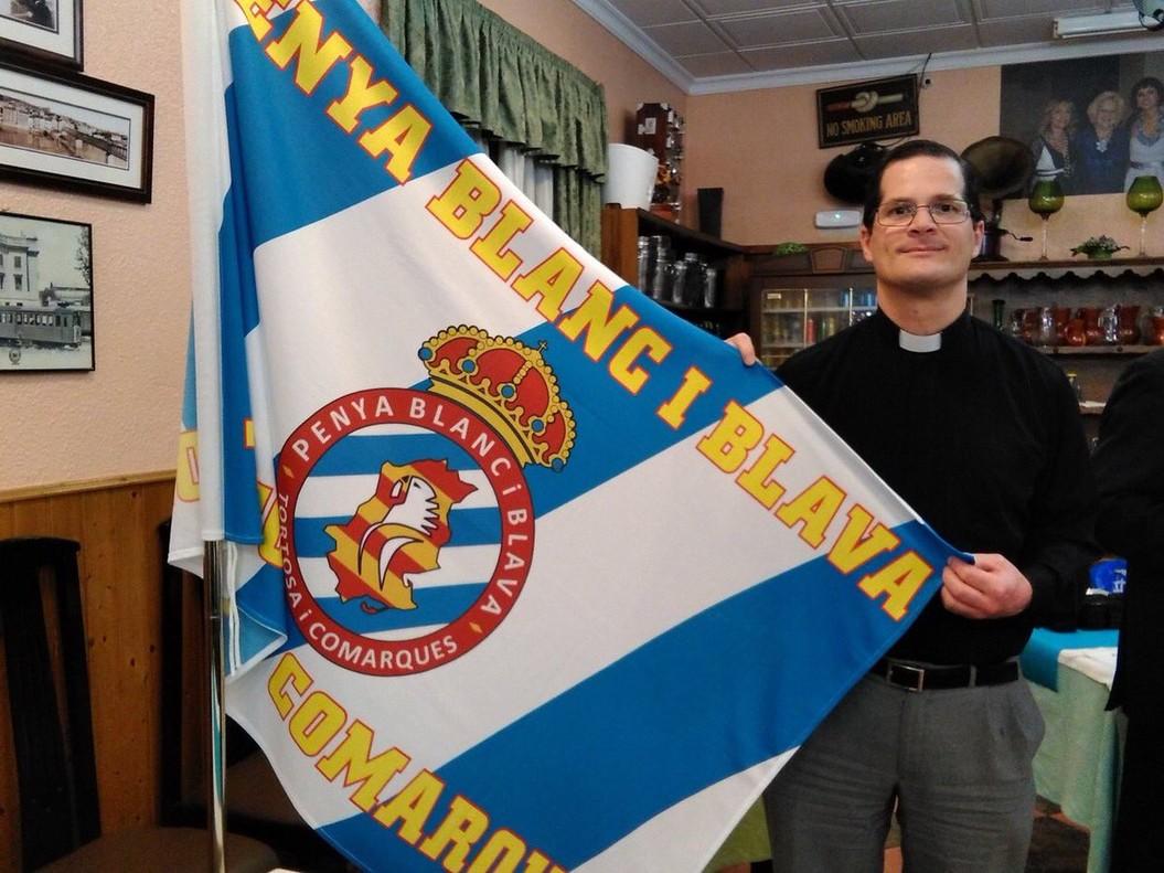 Dámaso Ruiz, el cura perico, con una bandera del Espanyol.