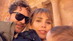 David Bisbal y Rosanna Zanetti, con su hijo Matteo en Jordania.