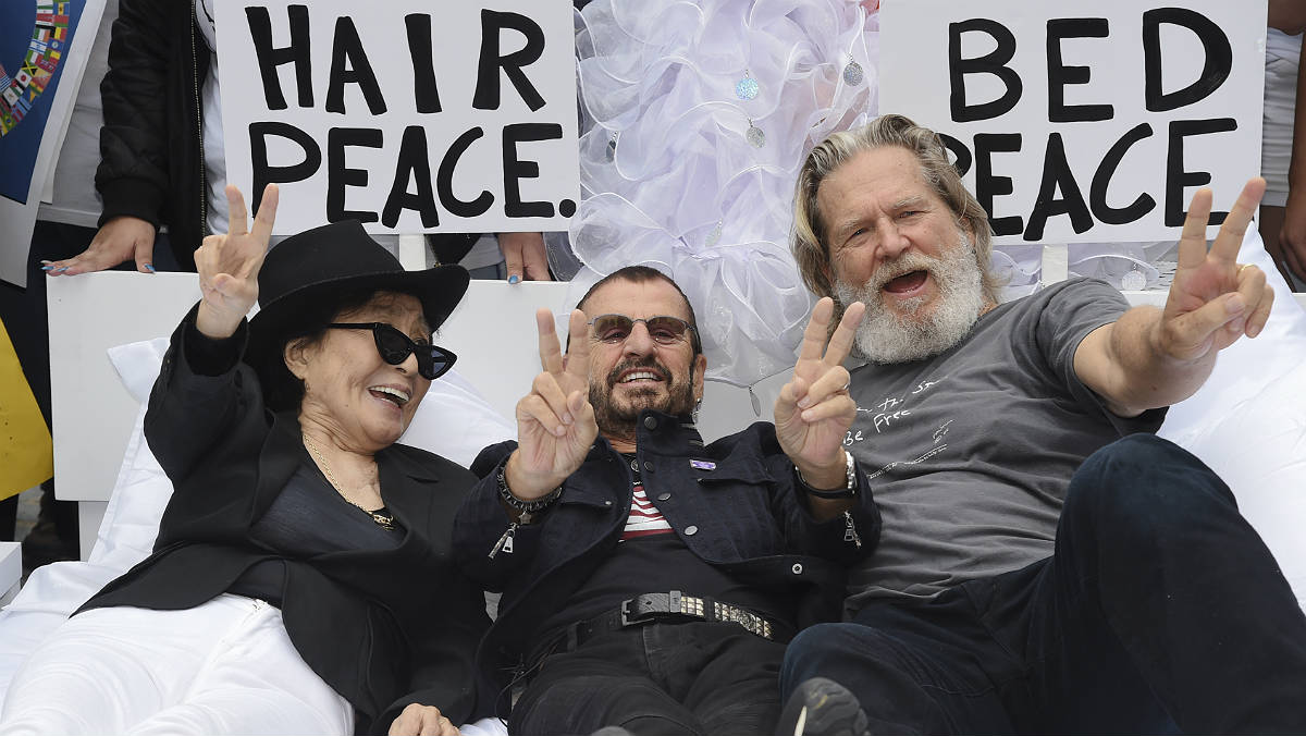 Yoko Ono recrea el 'llit de la pau' amb Ringo Starr i Jeff Bridges a Nova York