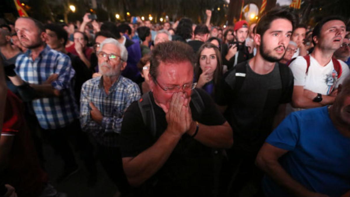 Decepción entre las personas congregadas en el paseo de Lluís Companys cuando Puigdemont anunció que suspendía la independencia.