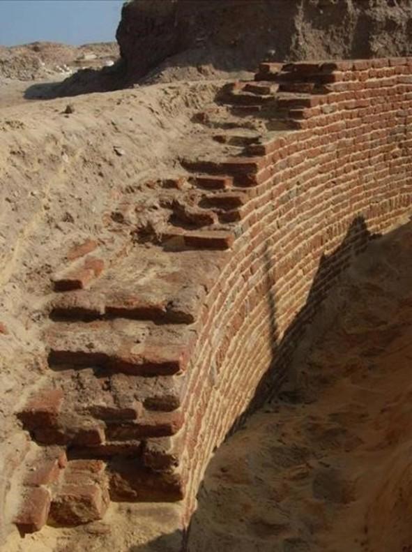 Detalle de una misteriosa construcción circular, halladapor la misión arqueológica de Oxirrinco.
