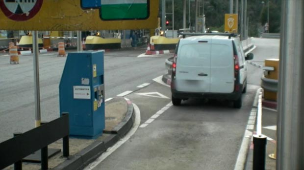 Detenido un conductor por saltarse 26 veces el peaje de autopistas y romper tres veces la barrera.
