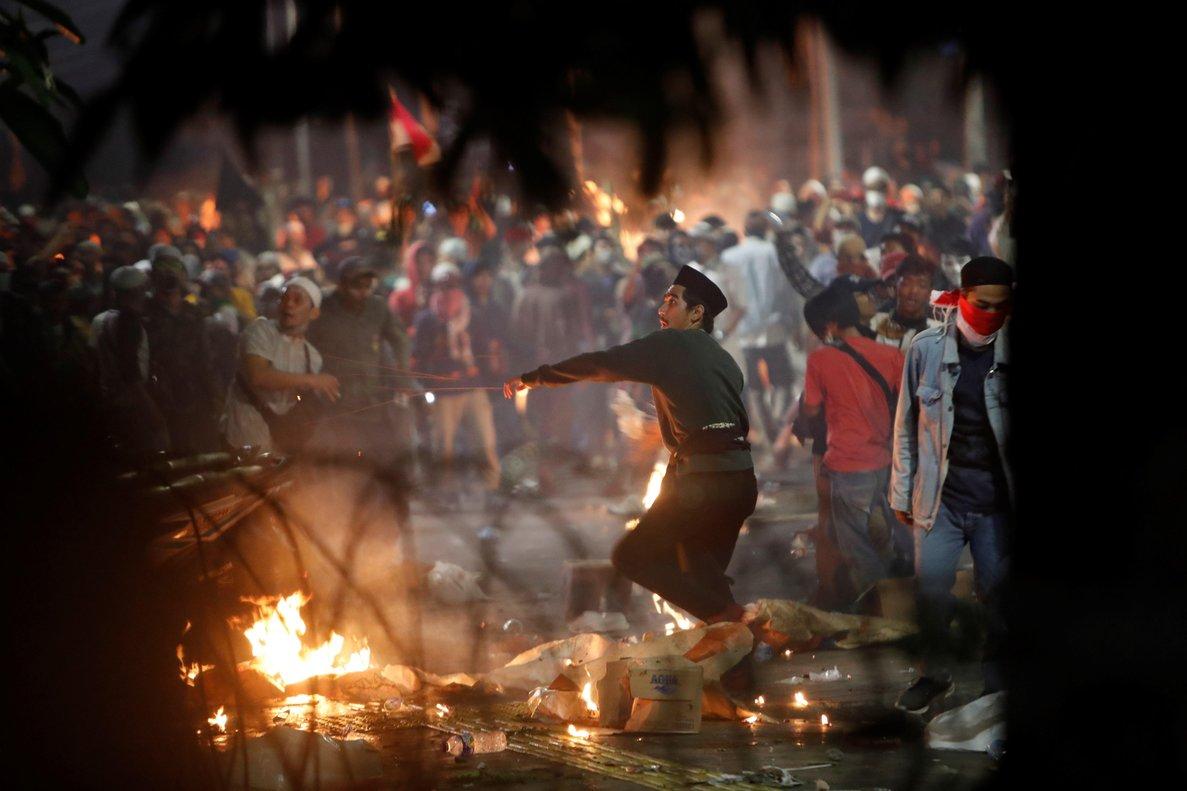 Los enfrentamientos entre la Policía y centenares de seguidores del candidato presidencial perdedor, el exgeneral Prabowo Subianto, han paralizado el centro de la capital de Indonesia.