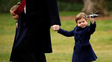 Donald Trump acompanya els seus nets, Arabella i Joseph Kushner, a pujar a bord del Marine One a Washington.