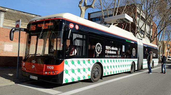 Dos buses articulados 100% eléctricos ya circulan con pasajeros en Barcelona, en la línea H16.