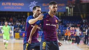Dyego felicita a Adolfo tras uno de sus goles.