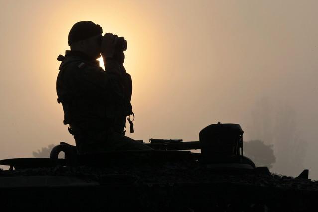Un soldado vigila con unos prismáticos desde un tanque con ocasión de los ejercicios militares de la OTAN 'Noble Jump' en Swiętoszów (Polonia).