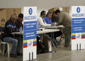 Votación de ciudadanos ecuatorianos en Barcelona.