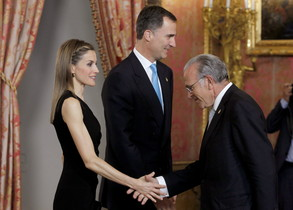 Els Prínceps saluden el president del grup La Caixa, Isidre Fainé, el passat dia 10, al Palau Reial de Madrid.