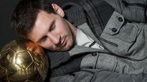 Leo Messi cierra sus ojos sobre elcuarto Balón de Oro consecutivo ganado en el 2012 en una entrevista exclusiva que concedió a El Periódico.