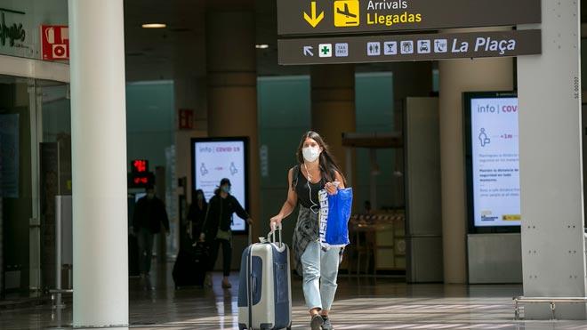 España abre mañana sus fronteras a 12 países de fuera de la UE. En la imagen, el aeropuerto de Barcelona-El Prat.