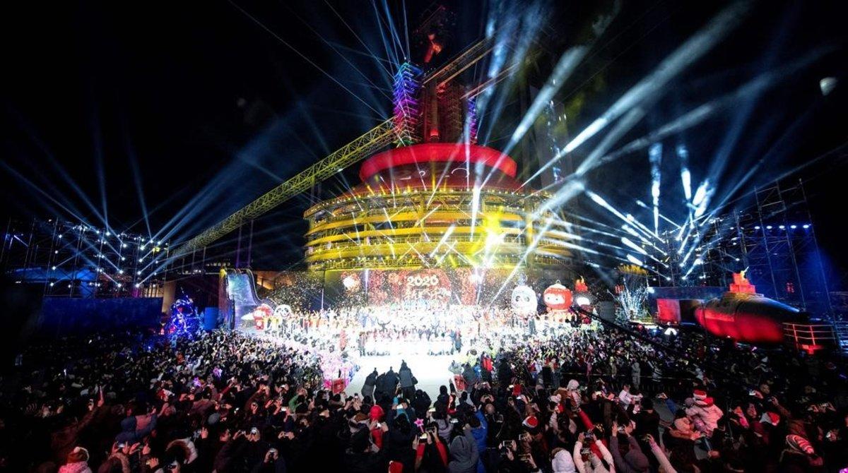 Espectáculo de fuegos artificiales y danza en Pekín.