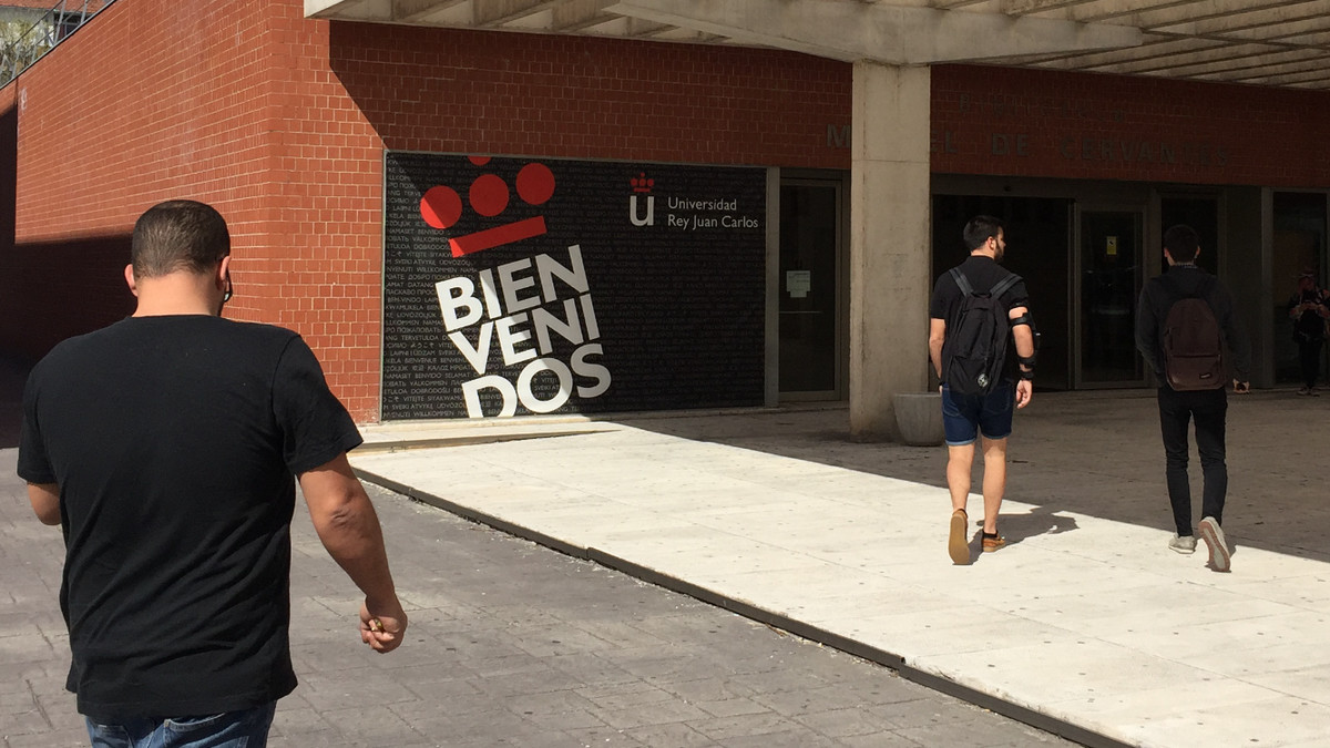 Estudiantes en el campus madrileño de Vicálvaro dela Universidad Rey Juan Carlos.