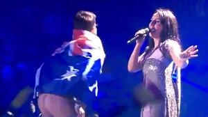 El eurofan con la bandera australiana que ha saltado al escenario de Eurovisión y ha enseñado el culo.