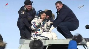 Dzhezkazgan (Kazakhstan), 06/02/2020.- A handout photo made available by NASA shows NASA astronaut Christina Koch (C) giving a thumbs-up as she emerges from the Soyuz spacecraft that carried her home from a record-setting 328-day mission aboard the International Space Station (ISS), neaer Dzhezkazgan, Kazakhstan, 06 February 2020. She and her Expedition 61 crewmates, Soyuz Commander Alexander Skvortsov of Roscosmos and Luca Parmitano of ESA (European Space Agency), landed at 4:12 a.m. EST in Kazakhstan, southeast of the remote town of Dzhezkazgan. (Kazajstán) EFE/EPA/NASA TELEVISION HANDOUT -- BEST QUALITY AVAILABLE -- HANDOUT EDITORIAL USE ONLY/NO SALES