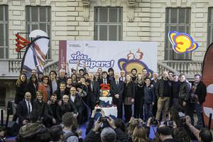 Autoridades, actores y miembros del equipo del ClubSuper 3, en la inauguración de la muestra en Barcelona.