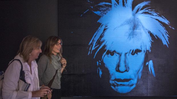 La exposición'Warhol. El arte mecánico' recorre en CaixaForum toda la trayectoria del artista más icónico del siglo XX.