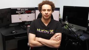 Marcus Hutchins, en su domicilio junto a los ordenadores con los que trabaja.