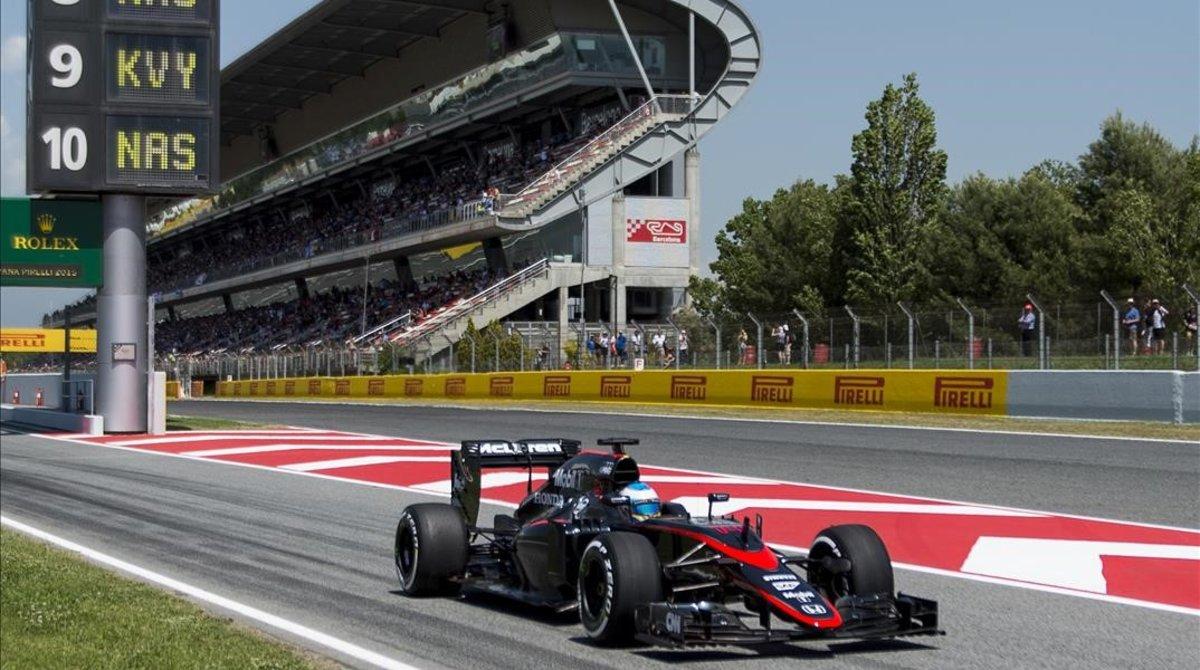 Fernando Alonso y su McLaren del 2015, en la recta del Circuit de Catalunya.