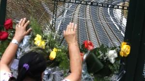 Flores cerca del lugar del accidente del Alvia, en julio del 2013.