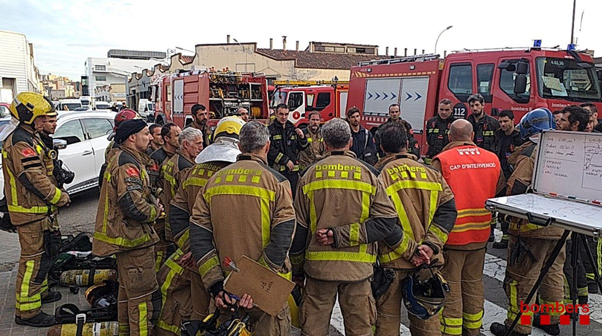 Bomberos de la Generalitat y de Barcelona reunidos en las tareas de extinción de un incendio en una nave de una empresa de pinturas en Sant Adrià de Besòs,