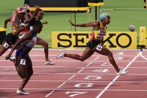 Fraser-Pryce cruza la meta triunfante en la final de los 100 metros