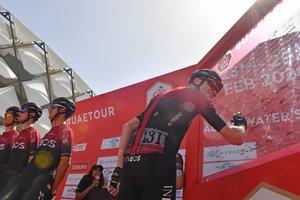Chris Froome firma el viernes, en la salida de la quinta etapa del Tour de los Emiratos.