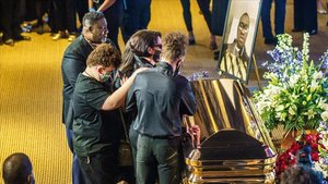 Familiares e invitados al funeral lloran frente al ataúd de George Floyd.
