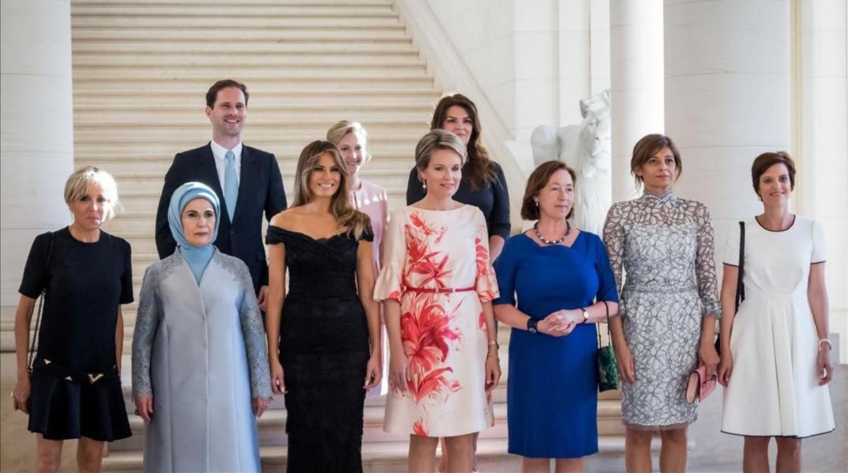 De izquierda a derecha, Brigitte Macron, Emine Gulbaran Erdogan,Melania Trump, la reinaMatilde deBélgica,Ingrid Schulerud, Desislava Radeva, Amelie Derbaudrenghien, y en la segunda fila,Gauthier Destenay,Mojca Stropnik yThora Margret Baldvinsdottir.