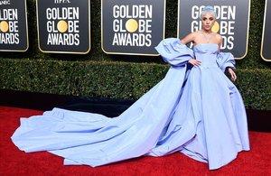 Lady Gaga, con su vestido azul de Valentino, en los Globos de Oro.