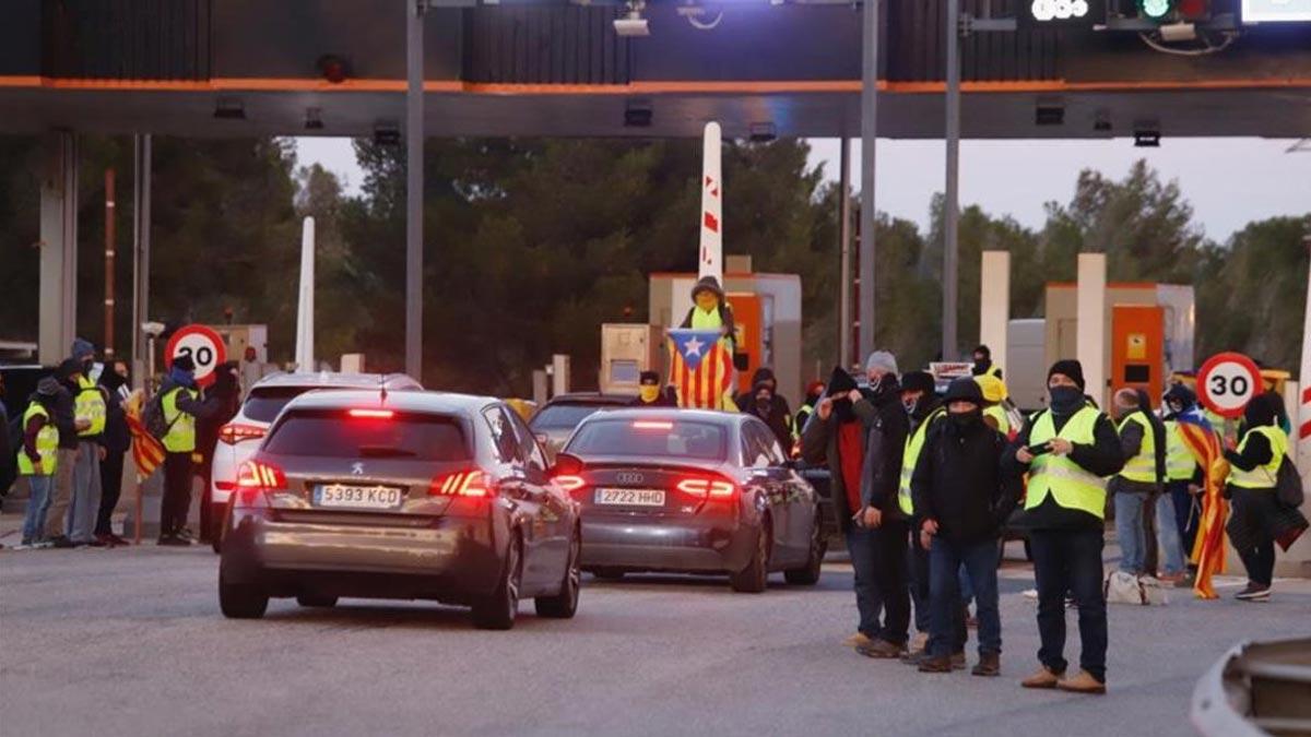 El Gobierno avisa a Torra de que enviará a la Policía si los Mossos no actúan. En la imagen, una acción de los CDR en un peaje, el domingo 9 de diciembre.