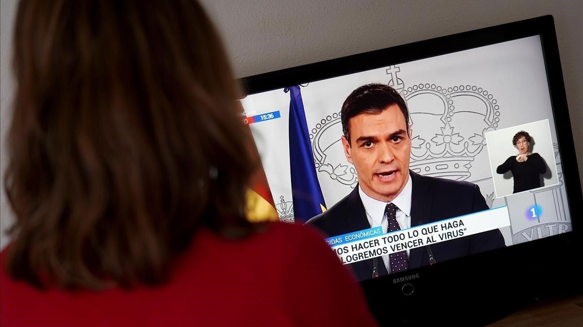 Pedro Sanchez, presidente del Gobierno,se dirige a los espanoles por televisión, tras la reunión del Consejo de Ministros.