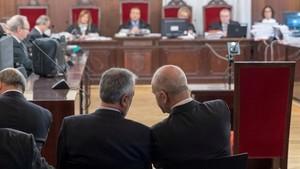 Griñán y Chaves conversan en el banquillo de los acusados, en el inicio del juicio por el caso ERE, en diciembre pasado.