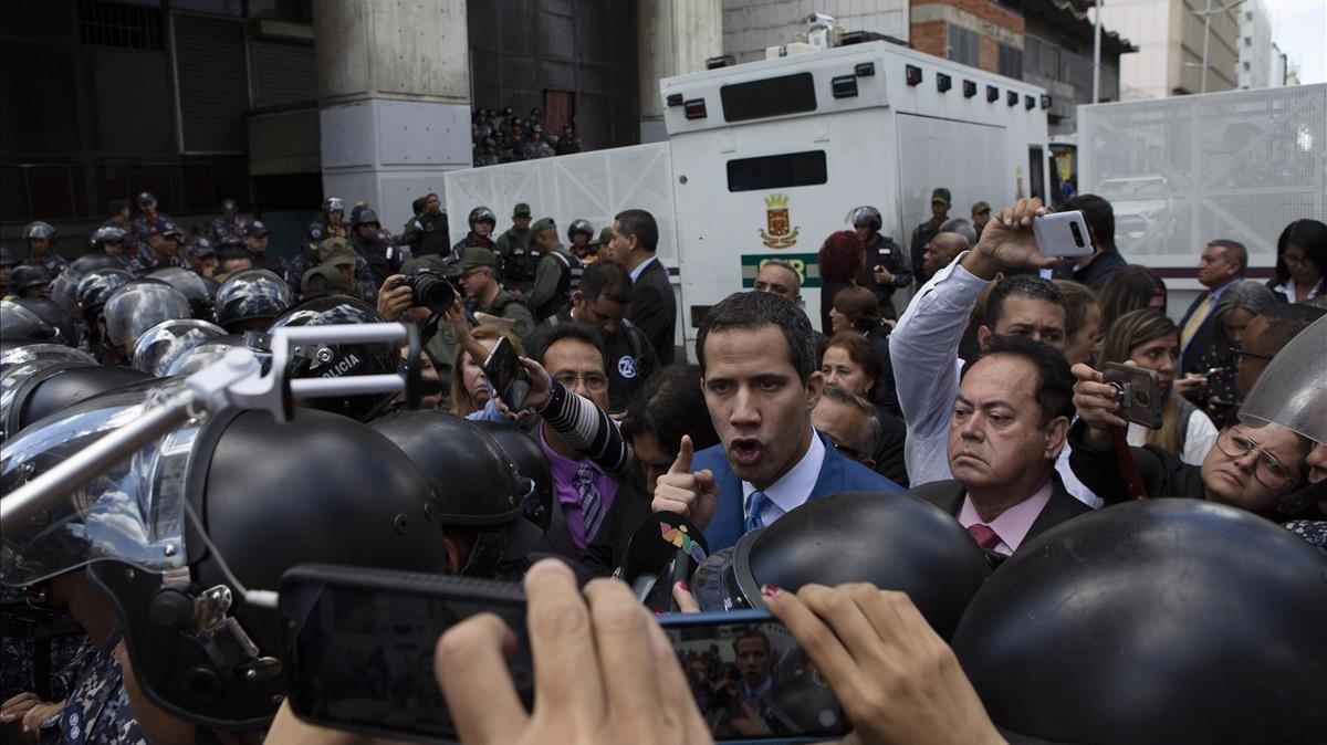 Momento en el que Juan Guaidó es impedido entraren el edificio del Parlamento venezolano.