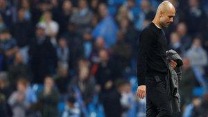 Guardiola abandona abatido el campo tras ser eliminado por el Tottenham.