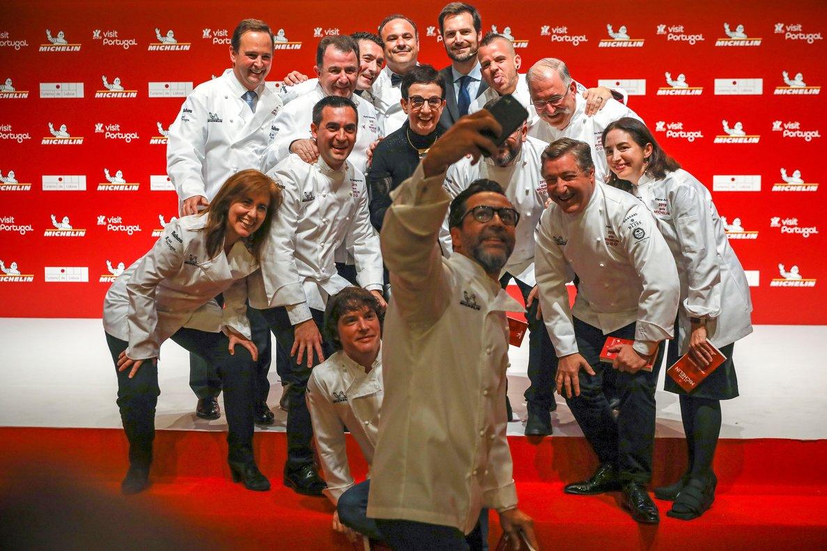 Varios de los cocineros galardonados posan para una foto durante la presentación de la Guía Michelin España & Portugal 2019 celebrada el año pasado en Lisboa.