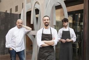 Guillem Oliva, Héctor Barbero y Pol Contreras, en el jardín de Monvínic. Foto: Isabel Mestre