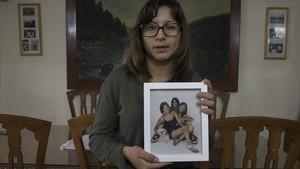 La hermana de Nathaly sujeta un retrato de ambas junto a su hermana pequeña