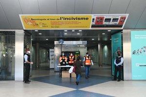 Repartides 2.000 mascaretes en dos dies a l'estació de Ferrocarrils de Rubí