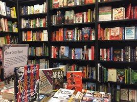 Imágenes de libros sobre fútbol y deporte en una librería londinense