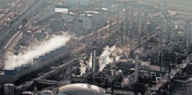 Imatge aèria de la petroquímica de Tarragona, amb les xemeneies expulsant fum.