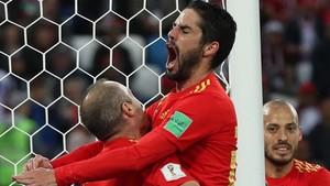 isco celebra el gol de España con Iniesta y Silva.