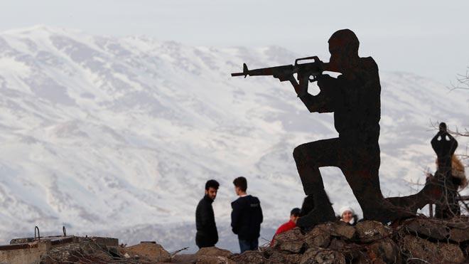 Israel confirma un ataque sobre objetivos iraníes en Siria. En la foto,Tropas israelís, en Ben Tal, con el monte Hermon al fondo.