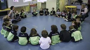 Clase de mindfulness en una clase de P3 de la Escola Pia de Sarrià.